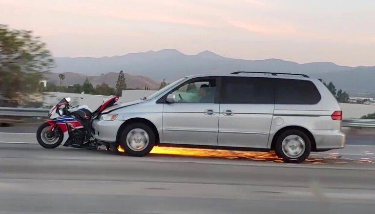 Video: Kalifornijā autovadītājs, dzirkstelēm šķīstot, turpina stumt notriekto motociklu