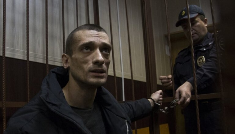 Павленский обвинил ФСБ в незаконной замене двери