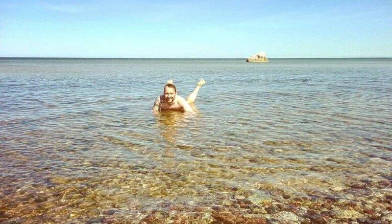 Kārdinošs foto: Saimniekšova smukpuisītis atklājis peldsezonu