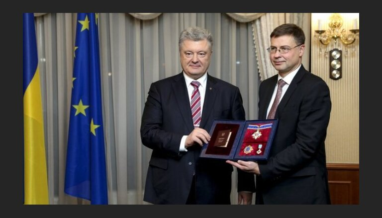 Порошенко наградил Валдиса Домбровскиса орденом Ярослава Мудрого