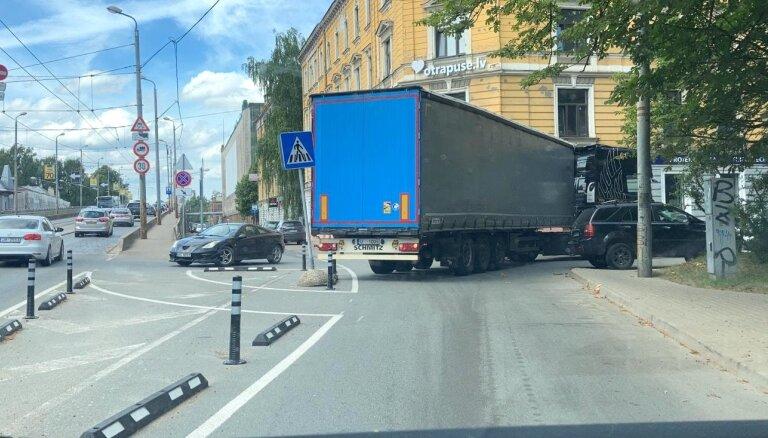 Мэр и вице-мэр Риги признали отдельные ошибки в размещении столбиков. Но с улиц города столбики не исчезнут