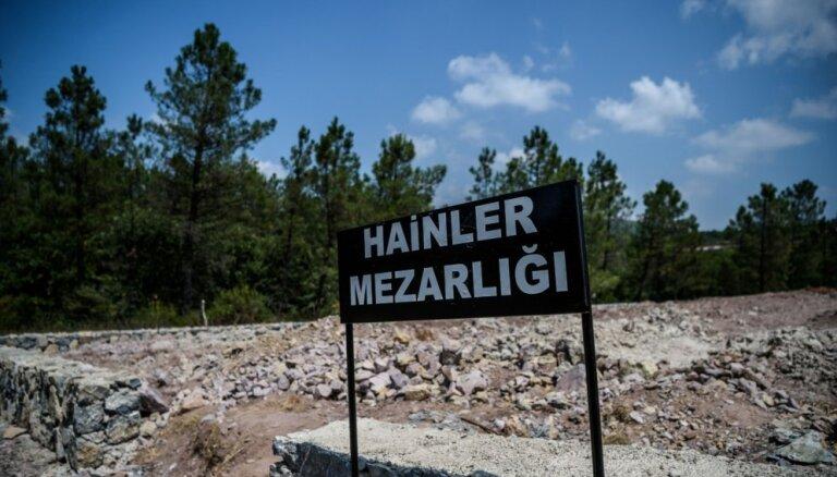 Bojā gājušajiem pučistiem Turcijā izveidota 'nodevēju kapsēta'