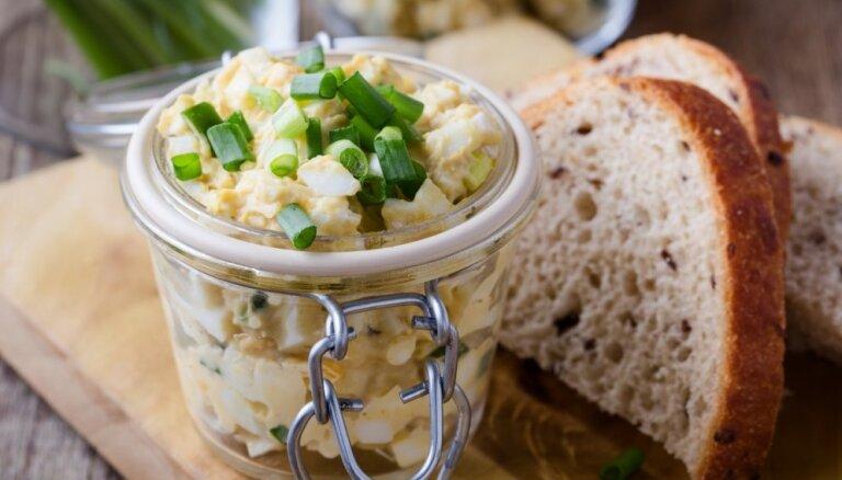Olu salāti Lieldienu krājumu 'likvidēšanai': 14 receptes ātrām vakariņām un līdzņemšanai