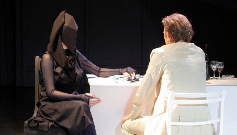 Foto: Nacionālajā teātrī jauna pirmizrāde – 'Mūžīgais komentārs No 4'
