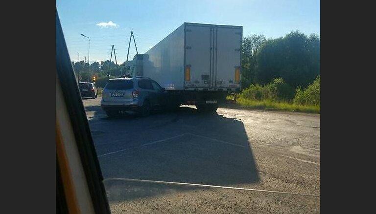 Ludzā kravas auto iebrauc policijas netrafaretajā automašīnā