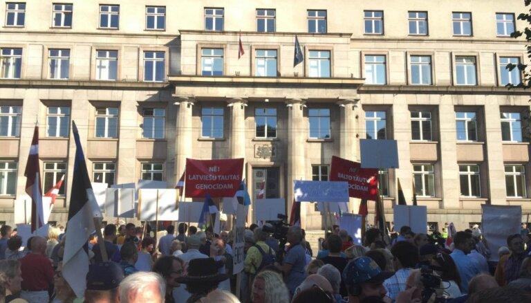 Foto: Pie Ministru kabineta pūlis protestē pret bēgļu uzņemšanu Latvijā