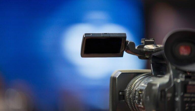 Rīgas domes sēdē opozīciju satraukušais operators filmējis personīgām vajadzībām