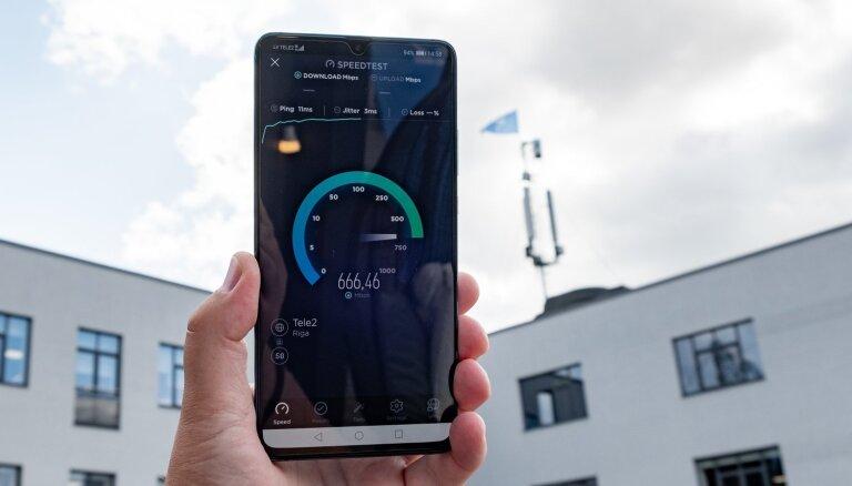 Foto: 'Huawei' Rīgā demonstrē savu 5G viedtālruni 'Mate 20 X'
