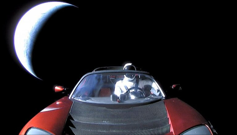 Запущенный в космос автомобиль Tesla с манекеном пересек орбиту Марса