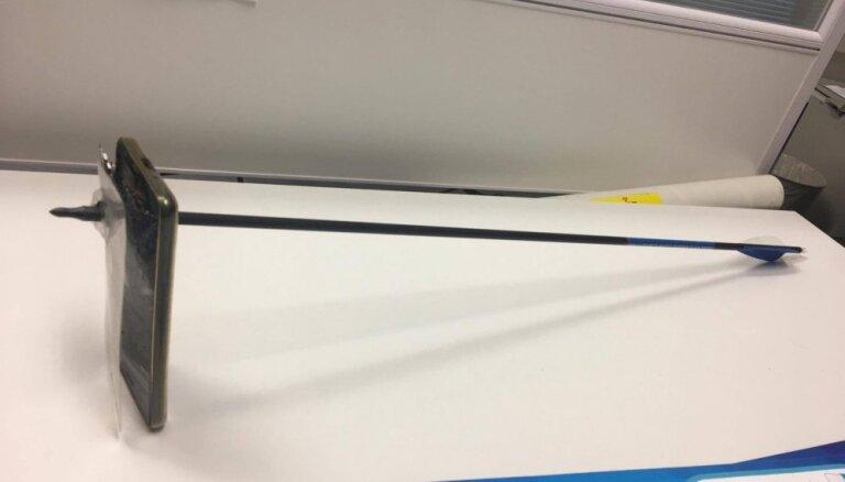 Австралиец остановил стрелу мобильным телефоном