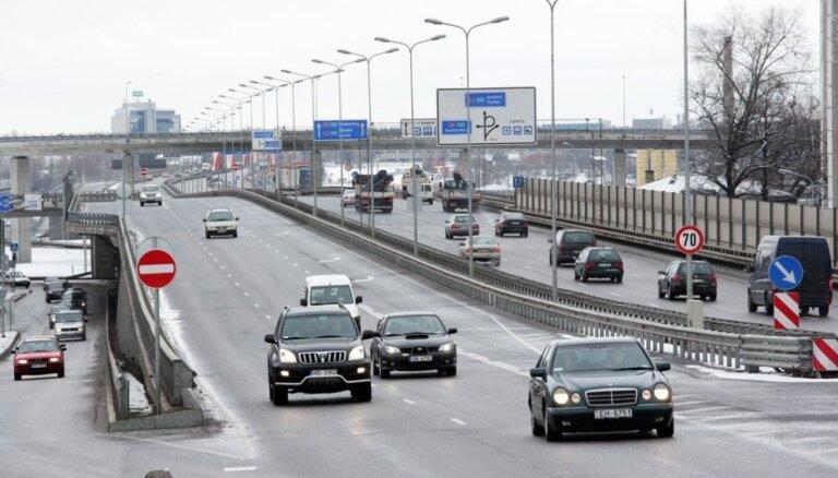 Uz Dienvidu tilta samazinās atļauto braukšanas ātrumu