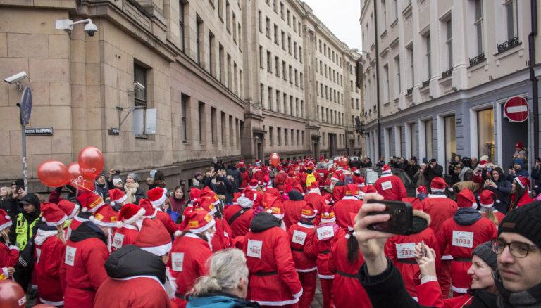 ФОТО: В Риге прошел благотворительный забег Дедов Морозов