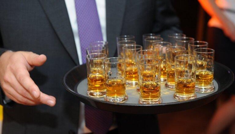 Aptauja: 19% iedzīvotāju kopš pandēmijas sākuma alkoholu sākuši lietot biežāk