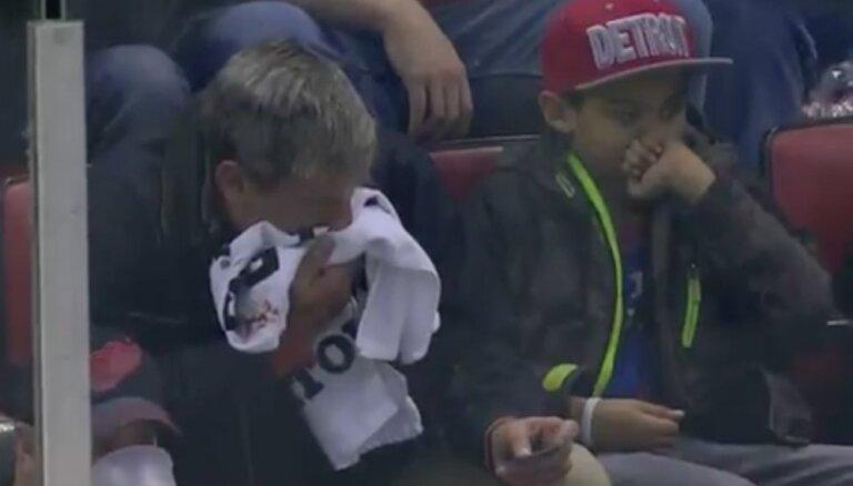 Video: NHL spēlē ripa atrod spraugu apmalē un ielido skatītājam sejā