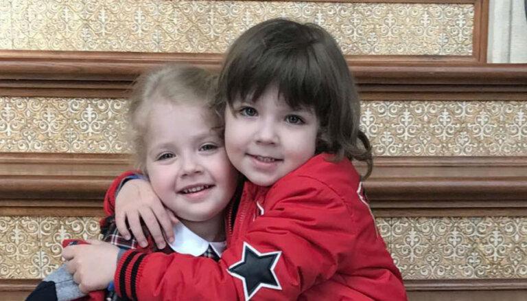 Ģimeniski kadri: Pugačova un Galkins ar bērniņiem svin Lieldienas