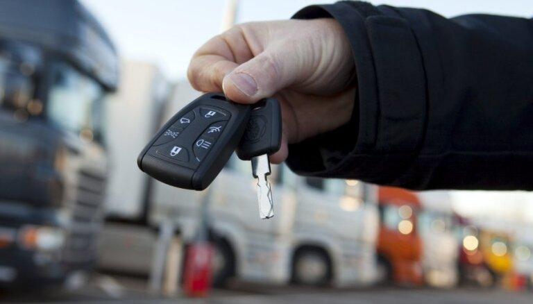 Продажи новых авто в Латвии растут, в Литве - падают
