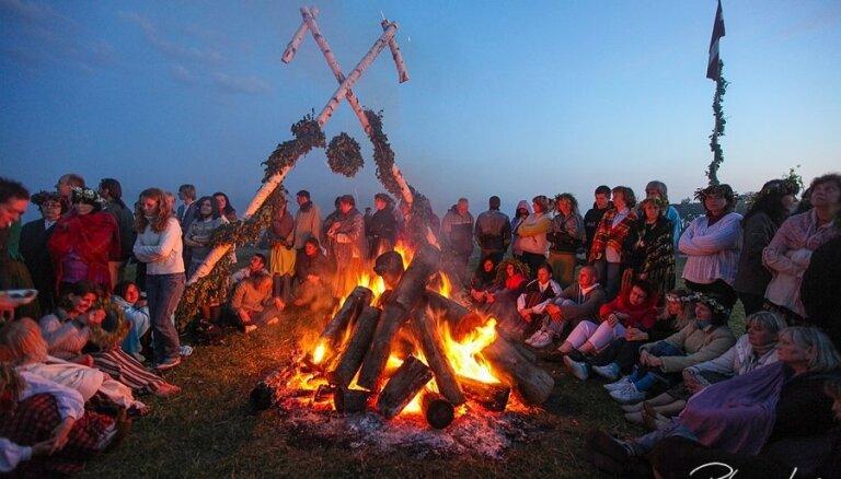 Folkloras kopas un vainagu pīšana: latviskās Līgo daudzināšanas vietas Latvijā
