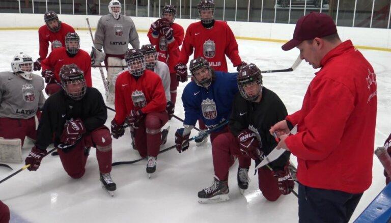 Latvijas U-18 hokejisti pirms pirmās spēles PČ stāsta par sajūtām