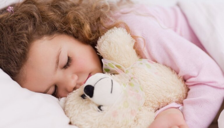 Mazas viltības, kā nolikt gulēt mazuli rotaļājoties