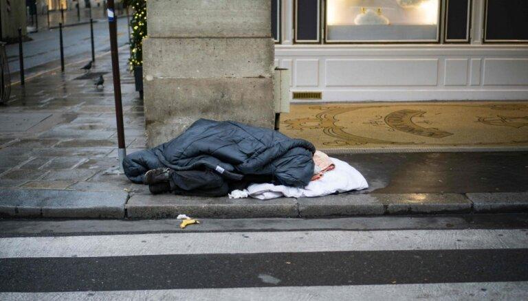 Iedzīvotāji aicināti informēt cilvēkus bez pajumtes par iespēju izmantot naktspatversmes