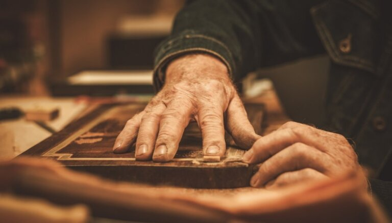 Meistarklase senlaicīgo mēbeļu finierējuma izveidošanā un atjaunošanā