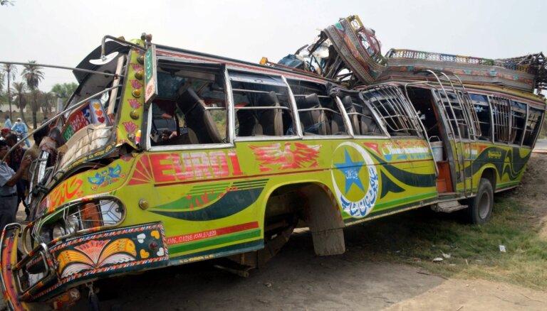 Pakistānā autobusa un kravas auto sadursmē 33 bojāgājušie