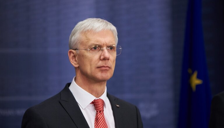 Pēc kritikas valdība atliek lemšanu par Latvijā ieceļojošo personu stingrāku uzraudzību