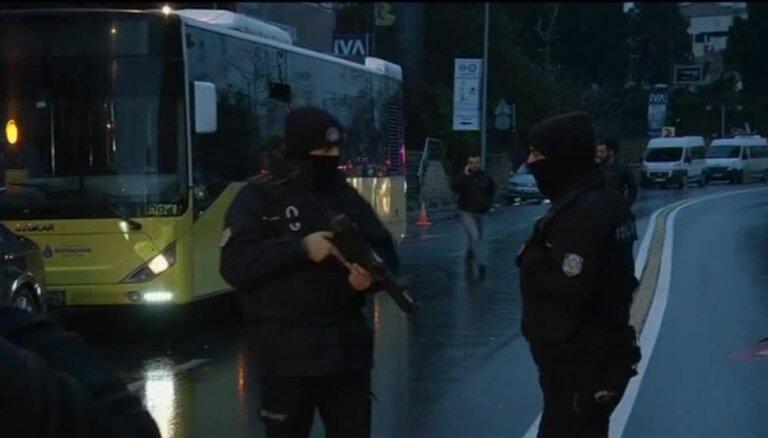 Bruņotā uzbrukumā Stambulas naktsklubā nogalināti 39 cilvēki