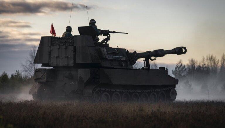 Foto: Latvijas armija rīta migliņā izmēģina jaunās haubices