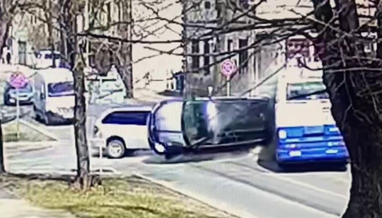 ВИДЕО: камеры зафиксировали момент столкновения двух автомобилей и троллейбуса в Агенскалнсе