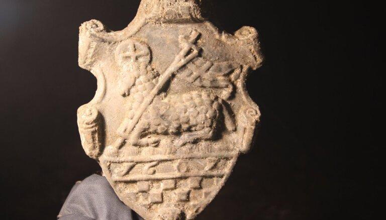 Foto: Arheologi Rīgas pils pagrabā atrod 'Dieva jēru'