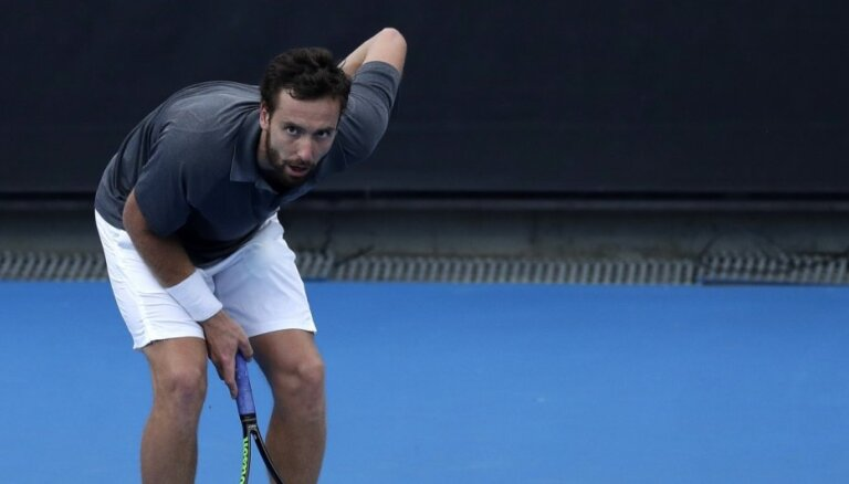 Gulbis muguras traumas dēļ spiests izstāties no 'Australian Open'