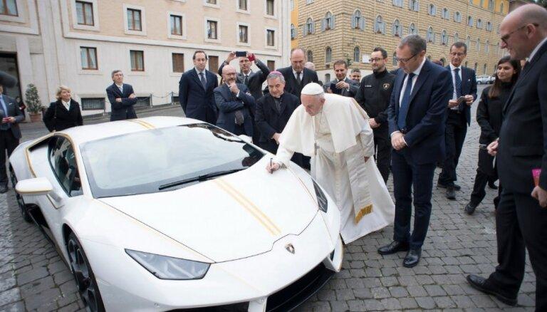 Pāvesta 'Lamborghini' izsolīts pieckārt dārgāk par auto standarta cenu