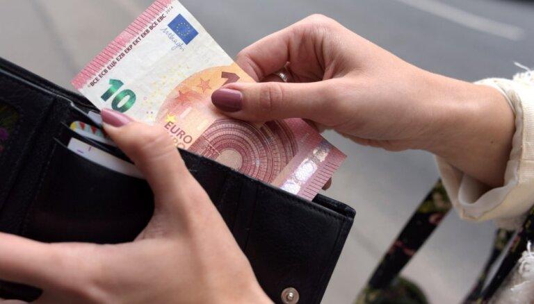 """ЦСУ: почти треть работающих латвийцев получают """"на руки"""" зарплату не более 450 евро"""