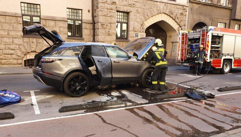 Foto: Rīgas centrā aizdedzies 'Range Rover' apvidnieks