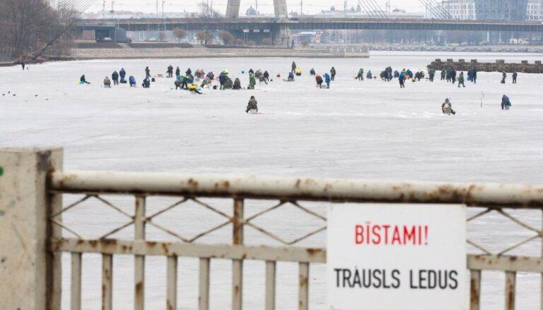 Спасены два человека, провалившихся под лед на Даугаве