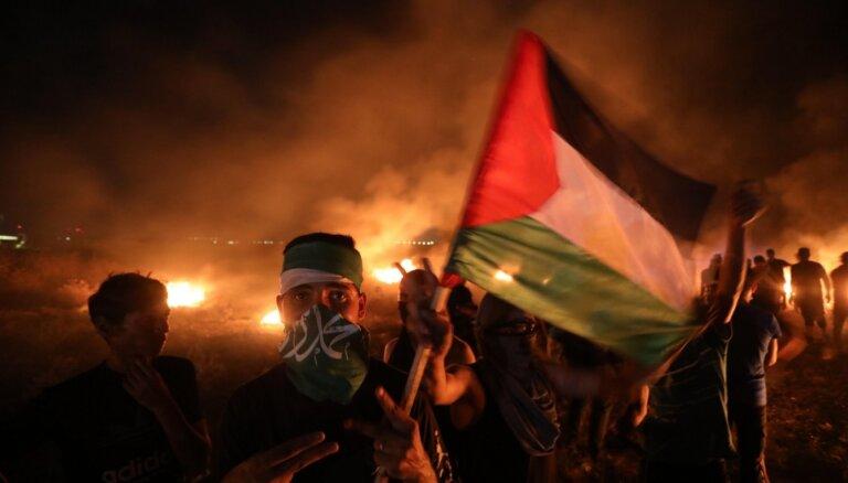 Izraēla pēc dedzināšanas balonu palaišanas veic uzlidojumus Gazas joslā