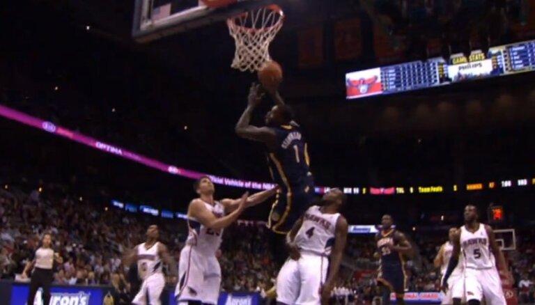 Video: Neticams metiens un sāpīga piezemēšanās NBA spēlē