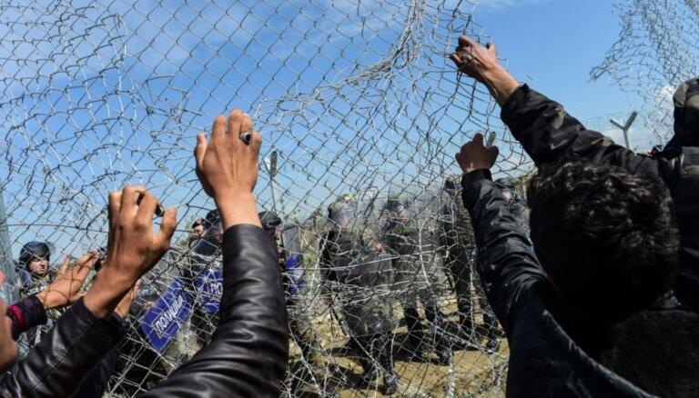 Венгрия держит более 250 беженцев за колючей проволокой
