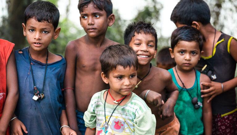 Foto: Bērnu dzīve Indijas graustu rajonos un laukos latviešu fotogrāfa acīm