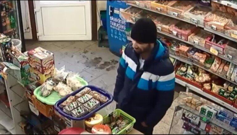 Aizdomās par laupīšanu Valsts policija meklē video redzamo vīrieti