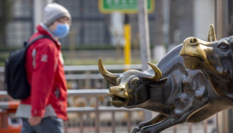 Akciju cenas krītas bailēs par koronavīrusa ietekmi uz globālo ekonomiku