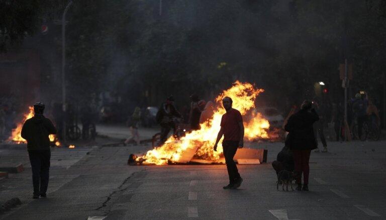 Protesti Čīlē: bojāgājušo skaits pieaudzis līdz 11