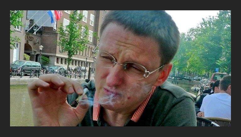 Jurģis Liepnieks pozē ar marihuānas kāsīti