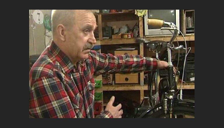 Antīks velosipēds ar pieliekamu motoru