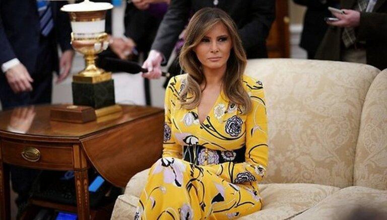 """ФОТО: Меланию Трамп раскритиковали за выбор """"слишком яркого"""" платья"""