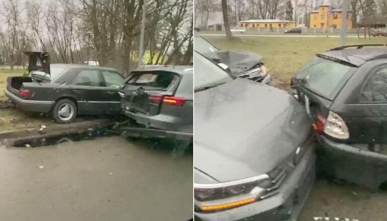 Foto: Rīgā mersedess bez TA un OCTA ietriecas trīs spēkratos; vadītājs aizbēg