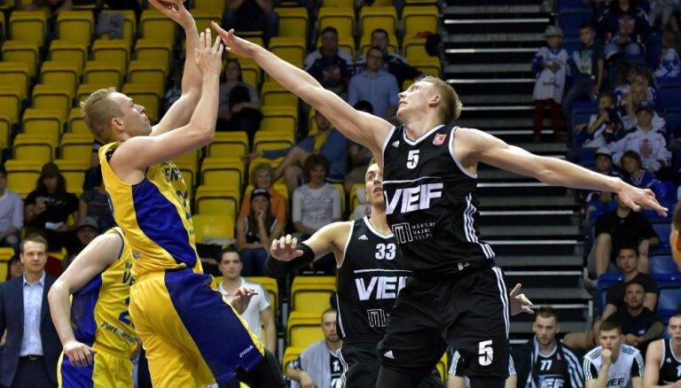 'VEF Rīga' saspringtā cīņā pārspēj 'Ventspili' arī otrajā LBL fināla spēlē