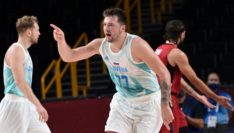 Slovēnijas basketbolisti saber grozā 94 punktus un piesakās olimpiskajām medaļām