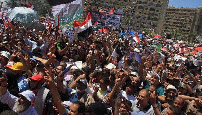 Tūkstošiem Mursi atbalstītāju turpina protestus Kairā
